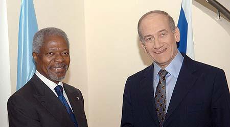 El secretario general de la ONU, Kofi Annan (izq), es recibido por el primer ministro israelí, Ehud Olmert (dcha), en la residencia del dirigente israelí en Jerusalén