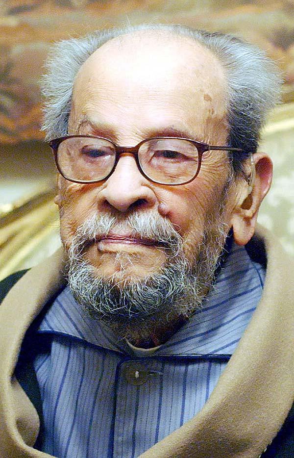 Foto  de archivo del escritor egipcio y Premio Nobel de literatura Naguib Mahfuz