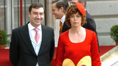 Pedro J. (i), y su esposa Ágatha Ruíz de la Prada (d), durante la boda del Príncipe y Letizia. (Emilio Naranjo / Efe)