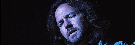 Eddie Vedder, del grupo de rock estadounidense Pearl Jam, durante su actuación anoche en Madrid