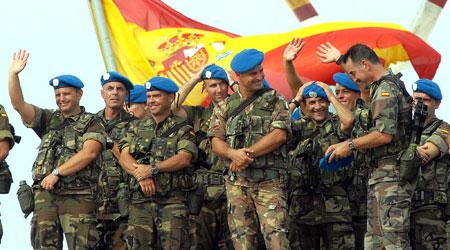 Varios soldados del primer contingente militar español que parte hacia El Líbano (Jaro Muñoz / EFE)