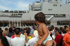 Familiares y amigos se despiden de los soldados españoles del primer contingente militar español que parte hacia El Líbano en la Base Naval de Rota. (Jaro Muñoz / EFE)
