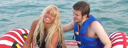 Anna Nicole Smith y su hijo Daniel, de vacaciones.