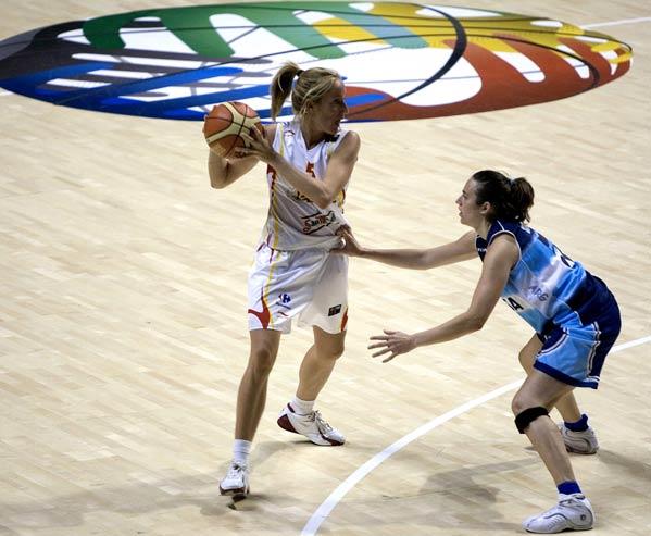 Marta Fernández protege el balón ante una jugadora argentina