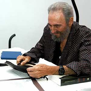 Fidel Castro, ayer, en la habitación donde se recupera.