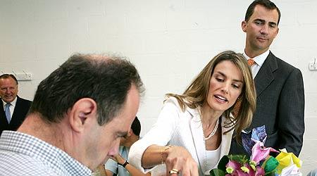 - Los Princípes de Asturias saludan a uno de los alumnos de la Fundación Juan XIII durante su visita a la nueva sede.