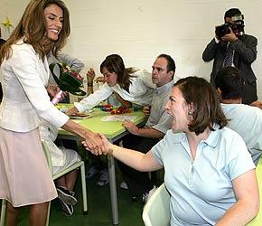 La Princesa de Asturias saluda a una de las alumnas de la Fundación Juan XIII