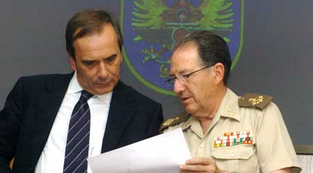 El ministro Alonso (i) y el Jefe de Estado Mayor de la Defensa, Félix Sanz. (Mondelo / Efe)