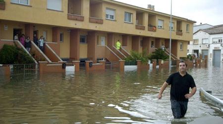 Un grupo de casas de una urbanización de la localidad de Castelló d''Empuries (Girona) se encuentran sitiadas por las intensas lluvias registradas esta tarde en Girona y que han provocado inundaciones en diversas poblaciones de Cataluña.  (Robin Townsend / EFE)