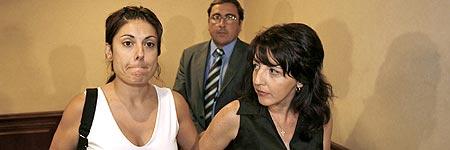 Angeles Madero (i), viuda de Benjamin Olalla, tras la rueda de prensa concedida ayer en Sevilla.