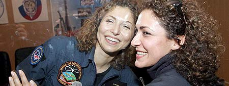Anousheh Ansari, primera turista espacial (izq), se despide de su hermana.