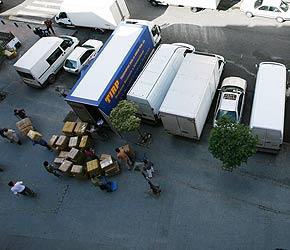 Los camiones realizan operaciones de carga y descarga durante todo el día