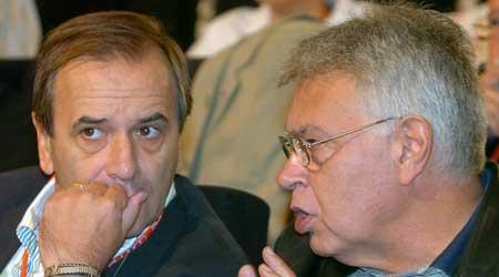 El ex presidente del Gobierno Felipe González (d) conversa con el ministro de Defensa, José Antonio Alonso (i). (José Huesca / Efe)