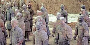 El estudiante alemán, camuflado entre los guerreros de terracota chinos (Chinanews).