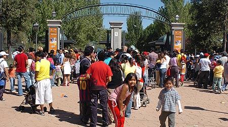 Cientos de ecuatorianos esperan para acceder al Parque de Atracciones y celebrar su fiesta
