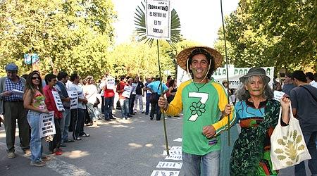 .- La Plataforma Ciudadana en Defensa del Retiro realiza una acción de protesta para denunciar el deterioro del parque