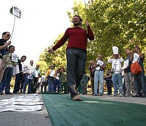 Los miembros de la plataforma desfilaron sobre una alfombra verde