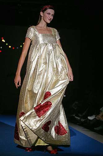 Agatha Ruiz de la Prada - 9. Vestido de novia en tejido metalizado con corazones estampados,diseño de Agatha Ruiz de la Prada para la colección Primavera-Verano 2007.