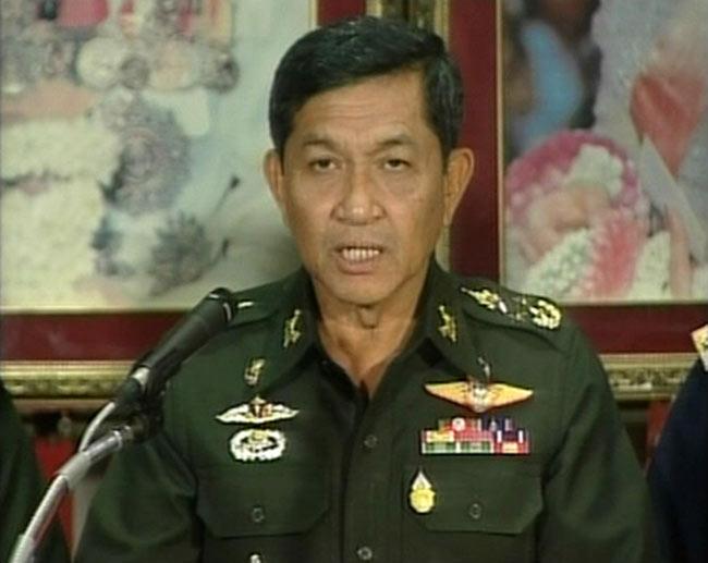 El general Sondhi Boonyaratklin, líder de los golpistas, durante el mensaje televisado