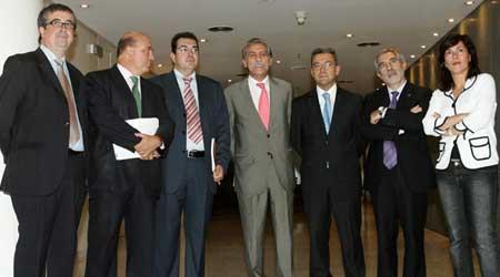 """Partidos unidos contra la """"contaminación"""" del Parlamento por el PP. (F. Alvarado / Efe)"""