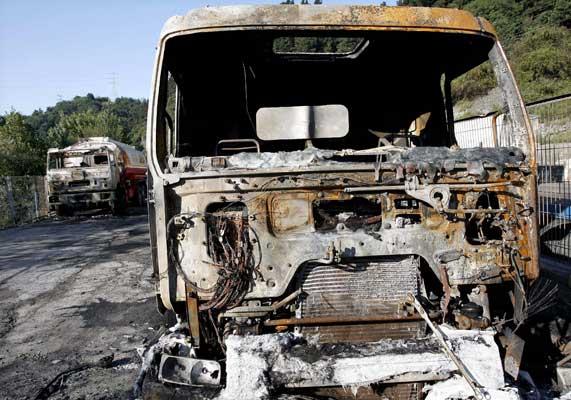 """Dos camiones calcinados en un incendio """"provocado"""" ayer en una gasolinera de Vizcaya. (C. Moya / Efe)"""