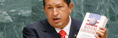 Chávez muestra libro de Chomsky