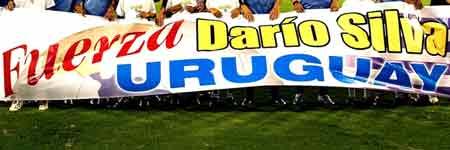 Los jugadores de la seleccion uruguaya de fútbol muestran su apoyo a su compatriota el jugador Dario Silva