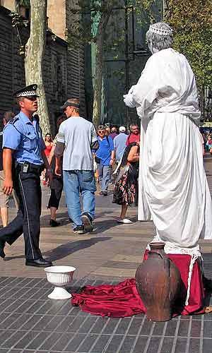 Estatua y agente de la Guardia Urbana