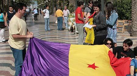 Un grupo de jóvenes despliega una bandera republicana en las calles de Valencia