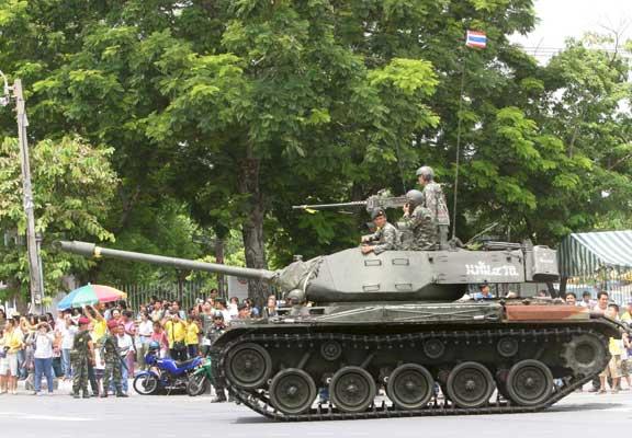 Un tanque de las Fuerzas Armadas Tailandia abandona la plaza real y la sede del gobierno. (Naron Sagnak / Efe)