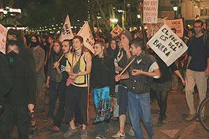 Jóvenes participan en una manifestación en Barcelona
