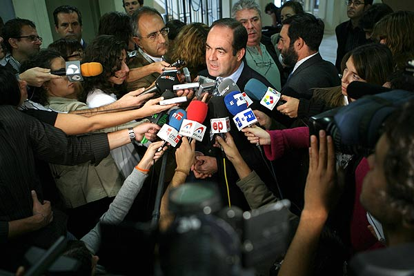 """El ex ministro de Defensa José Bono atiende a los periodistas antes de la presentación del libro """"Y al final, la guerra."""