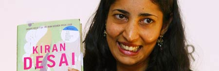 "La escritora india Kiran Desai con un ejemplar de ""The Inheritance of Loss""."