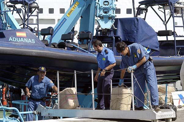Agentes de la Agencia Tributaria descargan el hachís intervenido