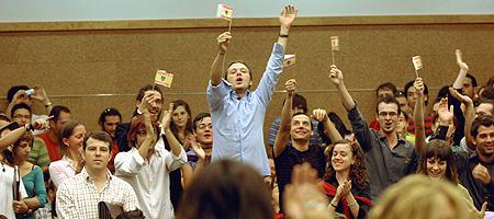 Un grupo de jóvenes increpan a Fraga en el acto de inauguración del curso 2006-2007 en la Facultad de Ciencias Políticas y Sociología de la Universidad de Granada (Juan Ferreras / EFE).