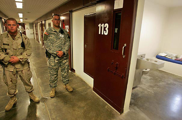 MIlitares de EEUU custodian Guantánamo.