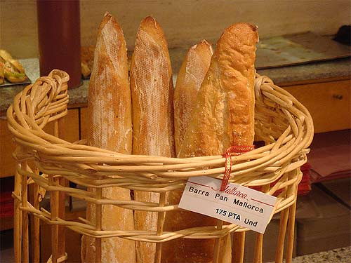 Una barra de pan, con el precio en pesetas