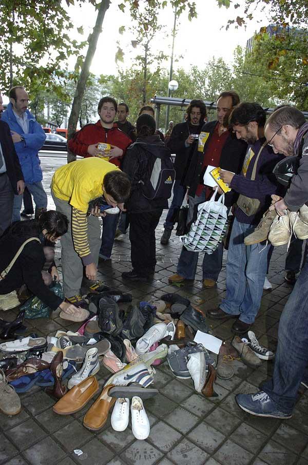"""Vista de la protesta, una """"zapatillada"""", realizada ante el Ministerio de la Vivienda, en Madrid"""