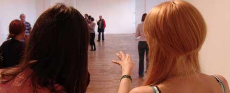 Dos chicas en galería de arte vacía en Gales