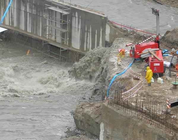 La rotura de un dique provocó la entrada del agua en las obras