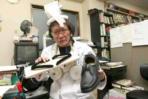 Kenji Kawakami, con su sombrero para resfriados. (Efe)