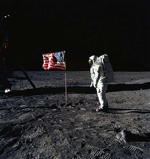 TVE luna. 21 de julio de 1969. Neil Armstrong da un pequeño paso en la Luna y un gran paso para la Humanidad. En España lo narró Jesús Hermida, corresponsal de TVE en Nueva York.