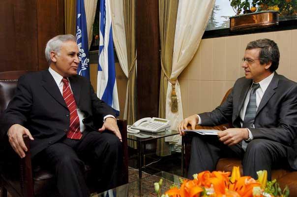 Fotografía de archivo de Katsav (i) conversando con el fiscal general del Estado, Menachem Mazuz. (P. Terdjam / Efe)