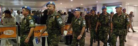 Legionarios españoles, a su llegada al aeropuerto internacional Rafik Hariri de Beirut, en Líbano.