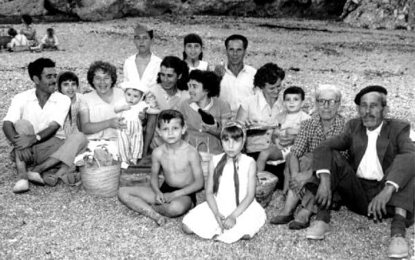 """""""Playa de Burriana, en Nerja (Málaga), reunión de vecinos de la Calle Cristo el día de San Juan de 1960""""."""