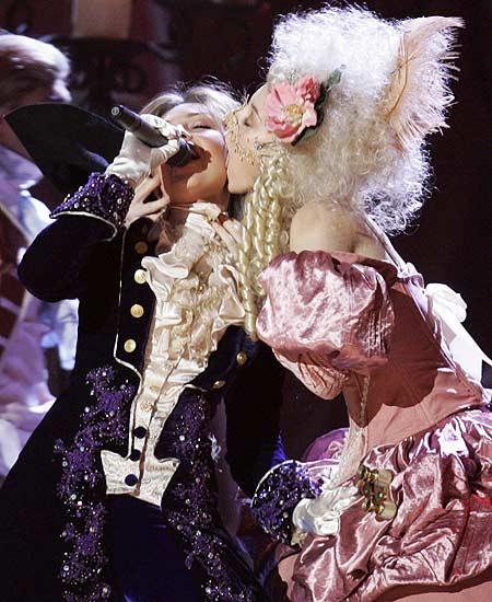 Grammy Thalía. Thalía recibe un sensual beso durante su actuación en los Grammy Latinos.
