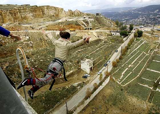 031106 Salto desde el puente en el Líbano. Al vacío. Una mujer salta desde el puente de Mdeirej, en Beirut, uno de los más altos de Oriente Próximo, que sobrevivió a los recientes bombardeos del Ejército israelí.