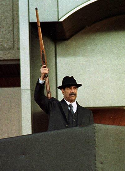 Sadam Husein, en diciembre de 2001 durante una parada militar