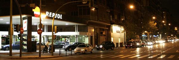 Cola para entrar en una gasolinera en Madrid