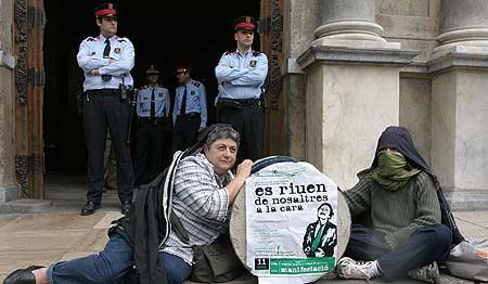 Jóvenes antisistema en la plaça Sant Jaume